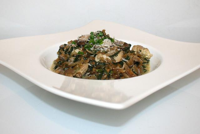 42 - Freekeh risotto with mushrooms, spinach & chicken  -  Side view/ Grünkern-Risotto mit Champignons, Blattspinat & Hähnchenstreifen - Seitenansicht