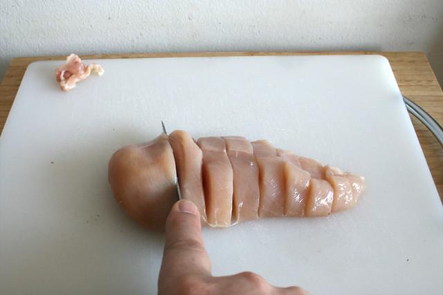 12 - Hähnchenbrust in Streifen schneiden / Cut chicken breast in stripes