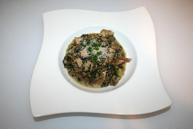 41 - Freekeh risotto with mushrooms, spinach & chicken - Served / Grünkern-Risotto mit Champignons, Blattspinat & Hähnchenstreifen - Serviert