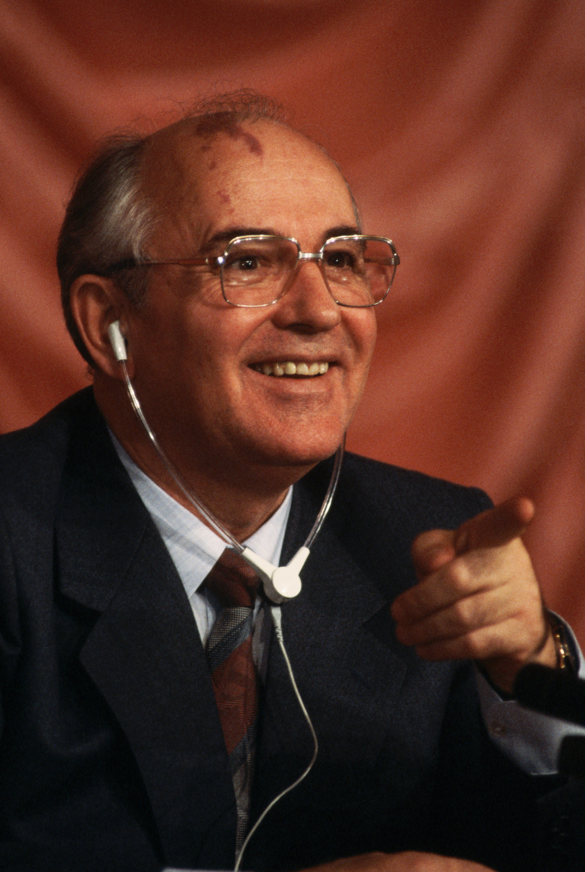 Михаил Горбачёв с довольным выражением лица