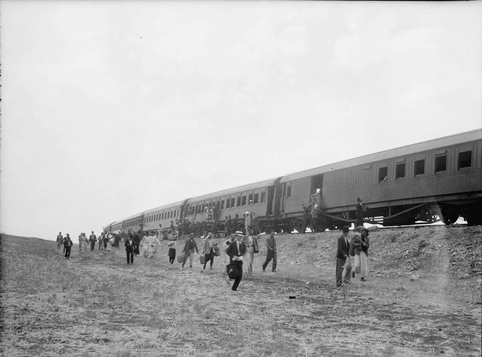12. Рас-эль-Айн. Пассажиры переходят из сошедшего с рельс поезда в прибывший на помощь состав