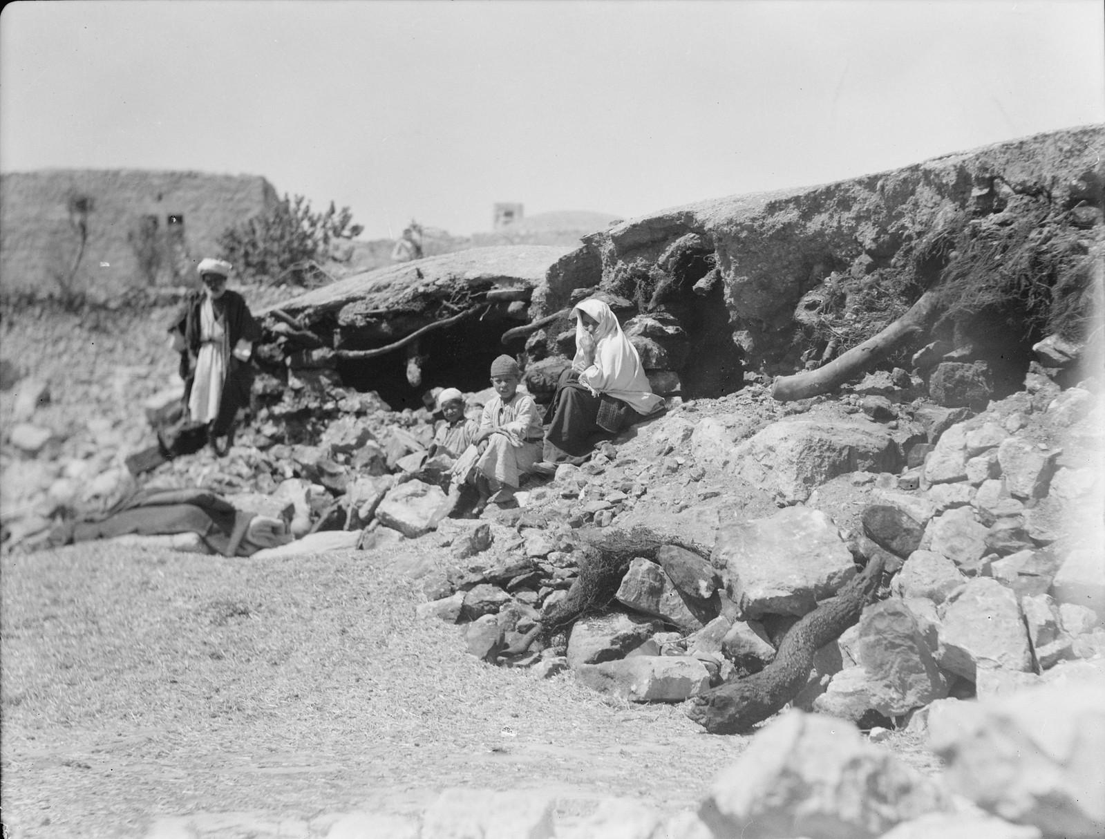 21. Британцы взорвали арабские дома в деревне Халхул близ Хеврона. Это было проделано в рамках операции по изъятию оружия