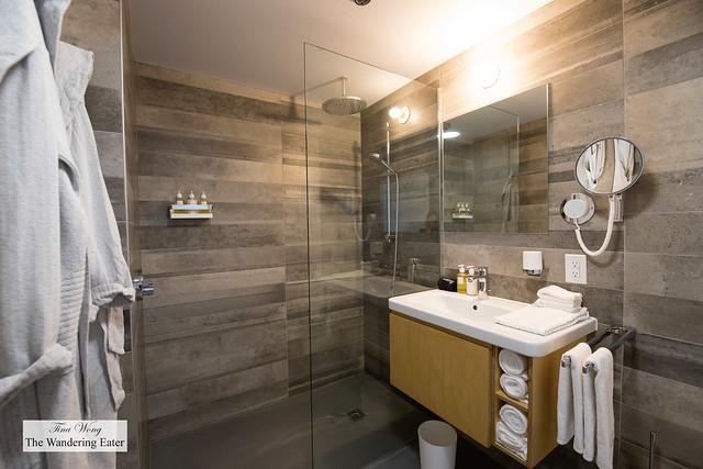 Studio Queen Room - spacious bathroom
