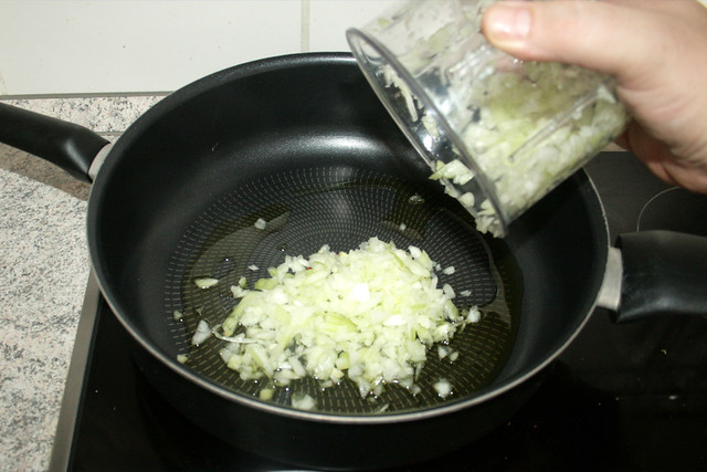 18 - Zwiebel in Pfanne geben / Put onion in pan