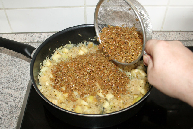 25 - Grünkern in Pfanne geben / Add freekeh to pan