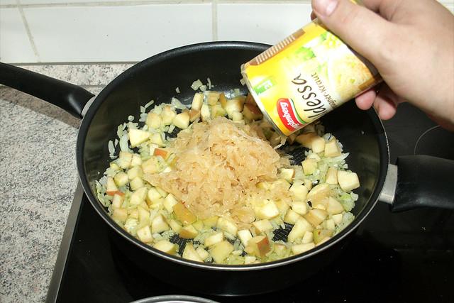21 - Sauerkraut hinzu geben / Add sauerkraut