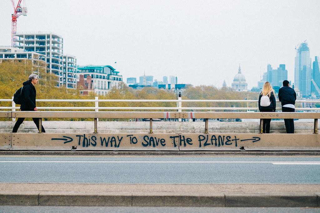 抗議團體「反抗滅絶」(Extinction Rebellion)今年在英國倫敦街頭,訴求立即行動,緩解全球暖化。圖片來源:Kārlis Dambrāns(CC BY 2.0)