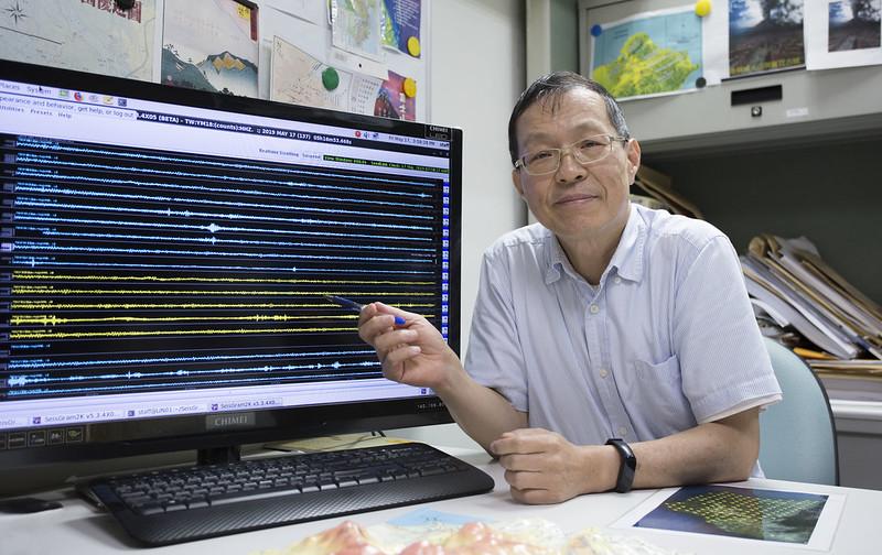 目前在大屯火山群佈了 40 個地震站,螢幕上面每一條線就是一個測站。當火山要噴發前,岩漿會往上抬,或使周圍壓力增加,因此產生成千上萬的地震。攝影│林洵安