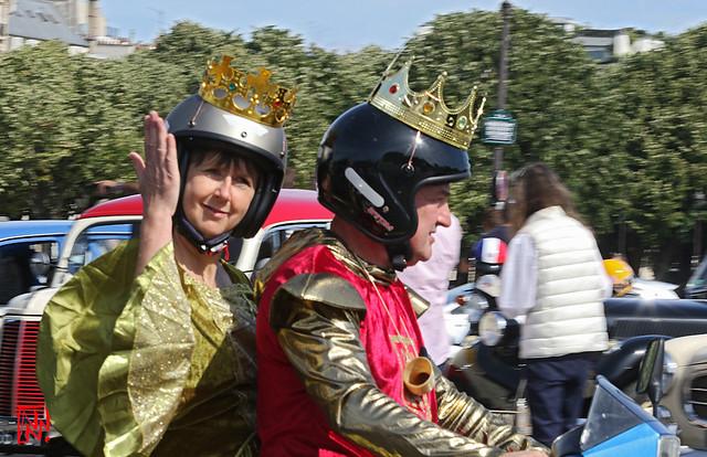 Un Roi et Reine couronnés ...mais casqués à moto !