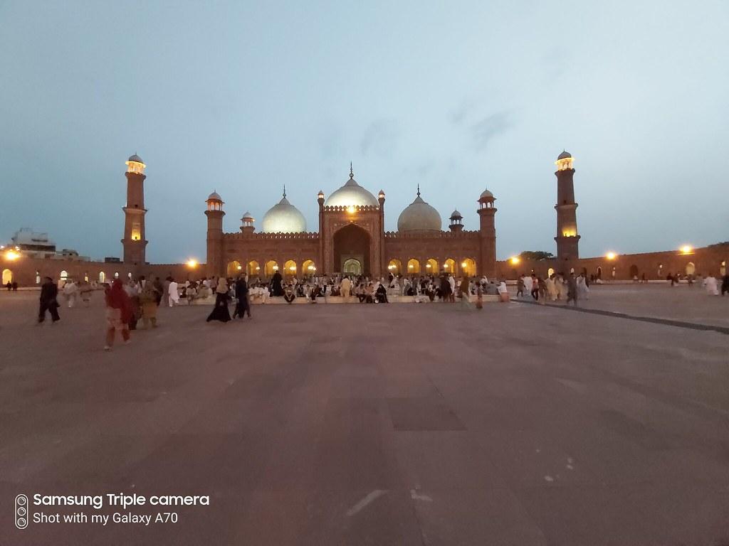 Badshahi mosque low-light mobile photography
