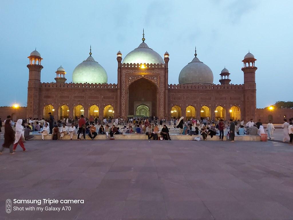 Badshahi mosque low-light auto mode mobile photography