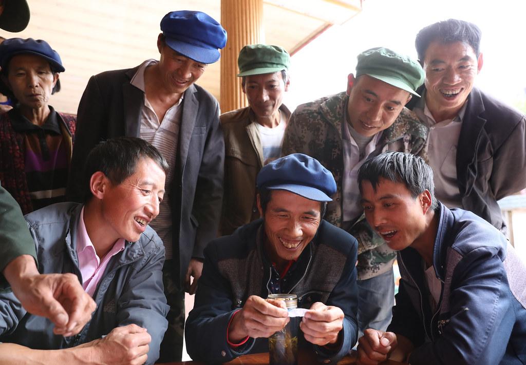 村民抽籤決定新一輪村寨銀行借款順序。