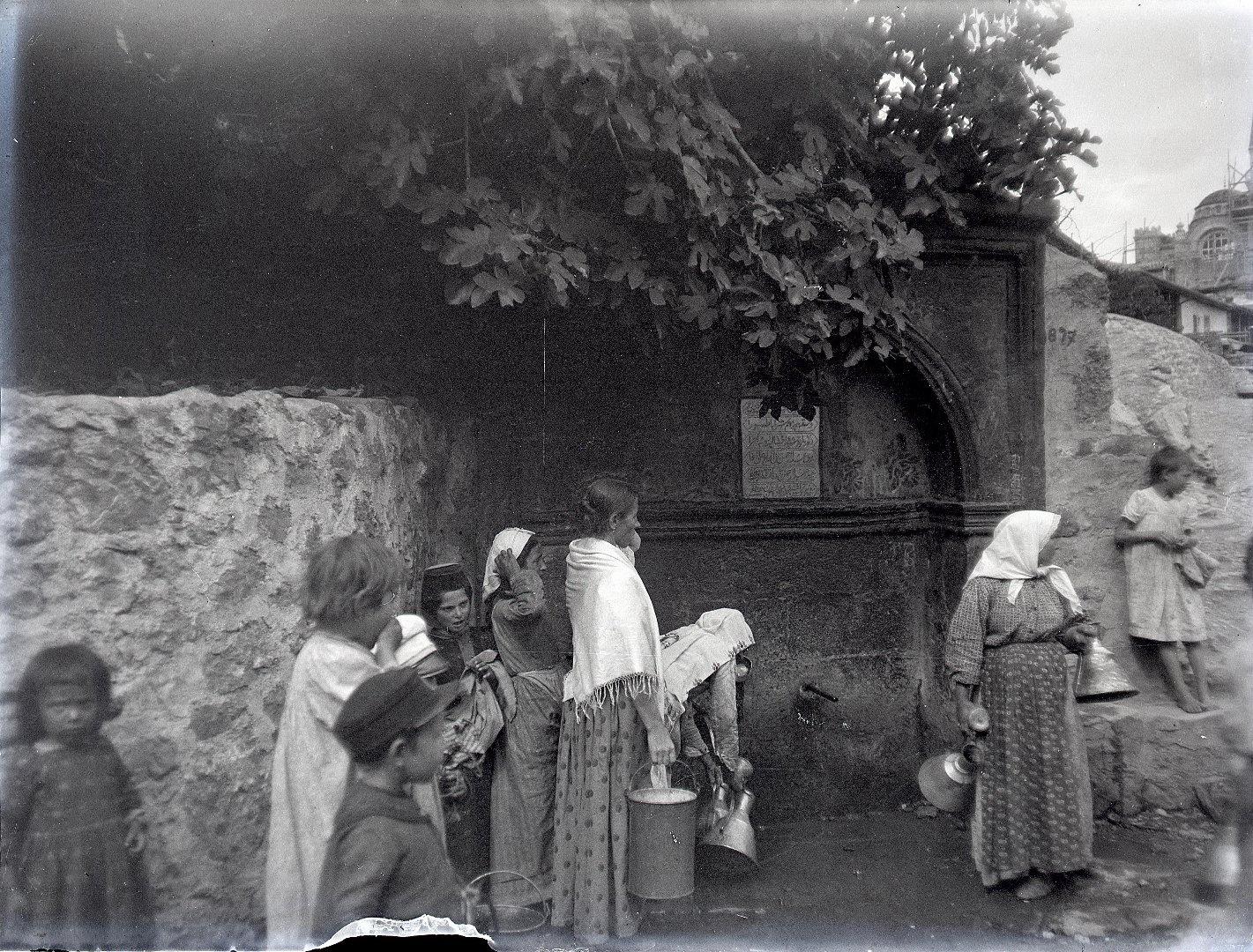 1897. Гурзуф. У фонтана