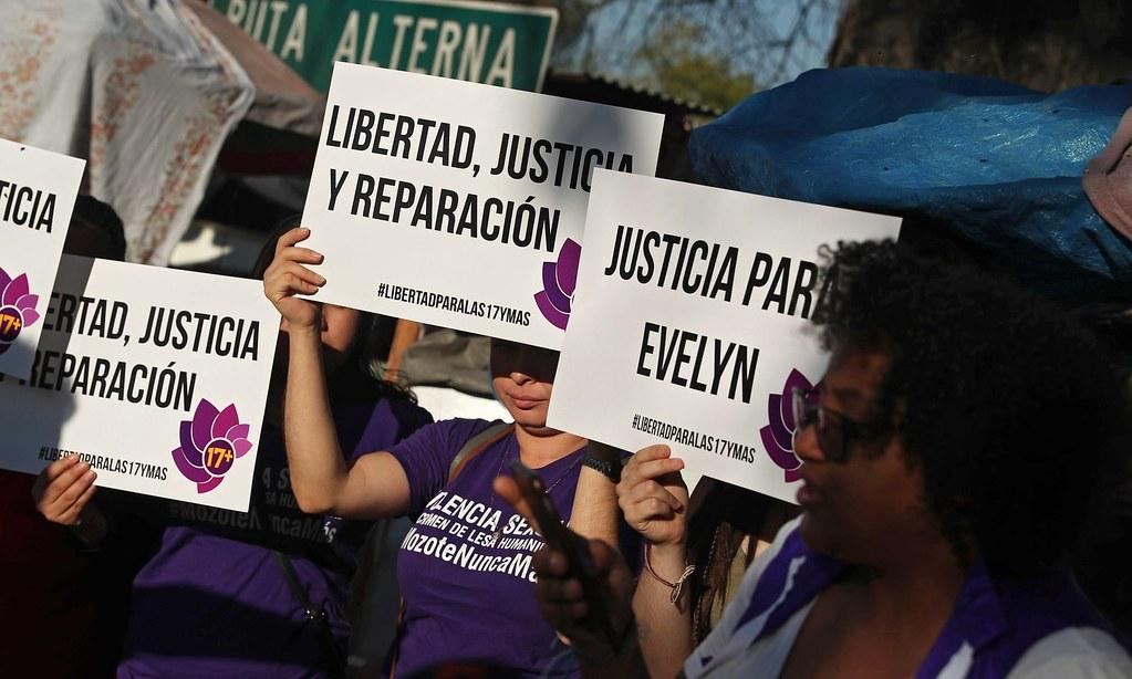 示威者聲援產下死胎而遭判刑的赫南德茲。(圖片來源:Rodrigo Sura/EPA)