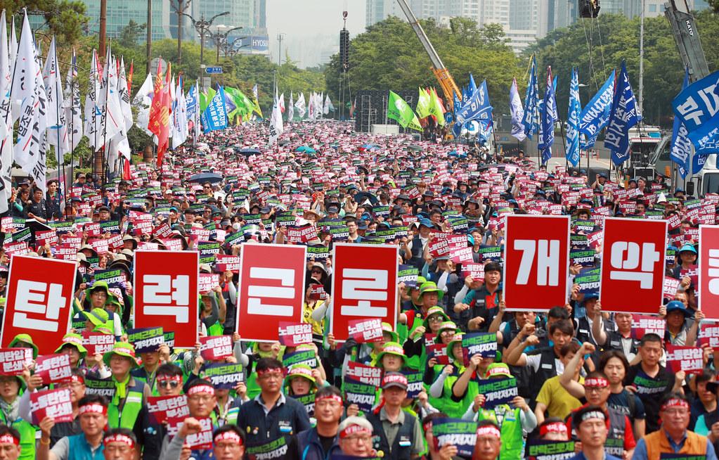 民主勞總於國會前示威,抗議文在寅政府未能遵守調漲最低工資的承諾。(圖片來源:Yonhap News)