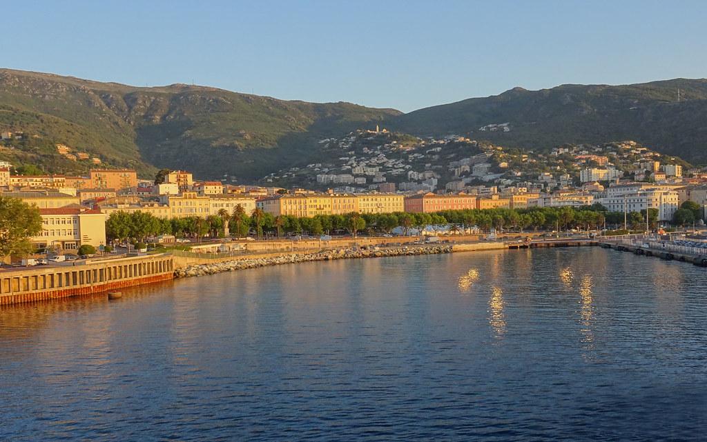 Le soleil se lève à Bastia