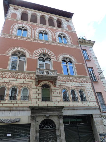 façade rose