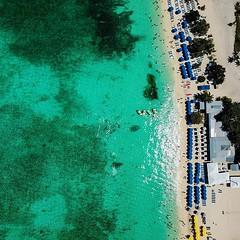 La playa #sevenmilebeach en las #caymanislands  está mañana tomadas a 100 metros de altura con el dron #djimavicpro Ahí pasamos unas horas en la primera parada del #caribbeanprincess Ahora seguimos rumbo a Honduras  @princesscruises_ar #beach #caribeconpr