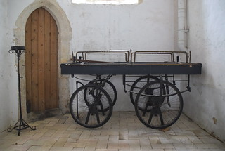 funeral bier with bicycle wheels