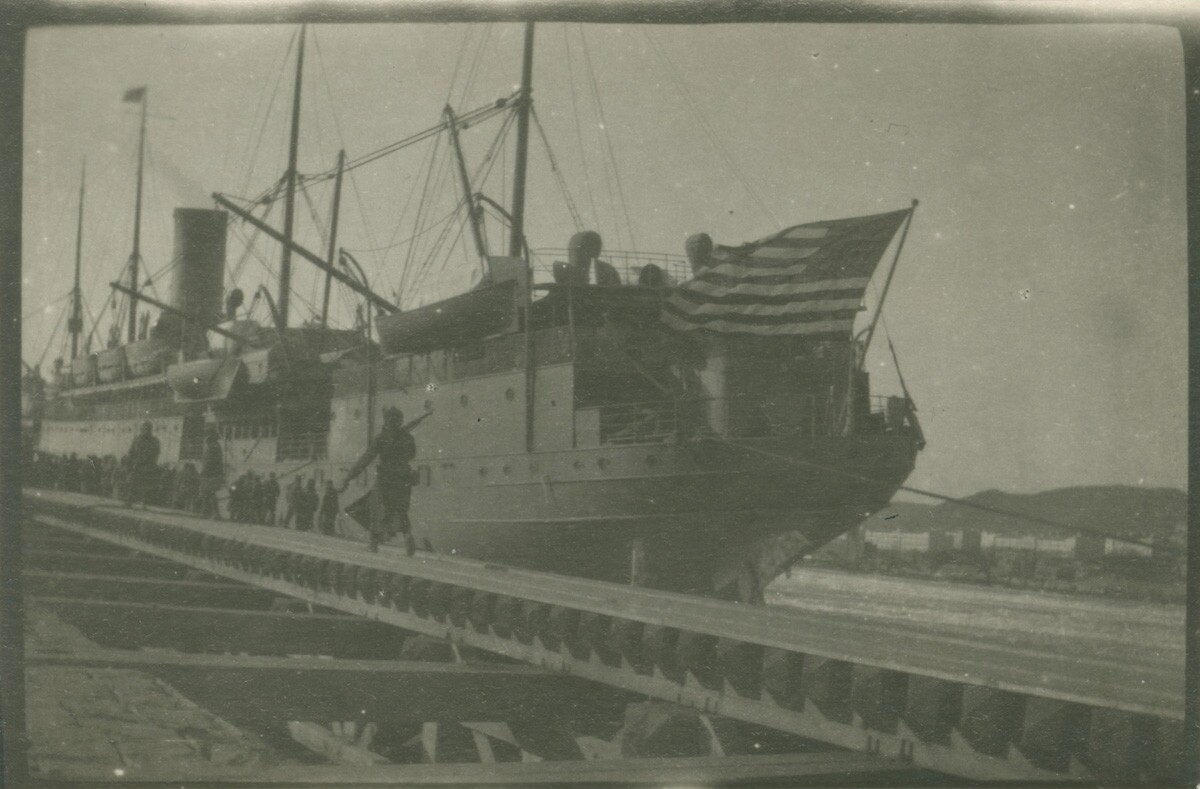 21. Корабль под американским флагом в доке