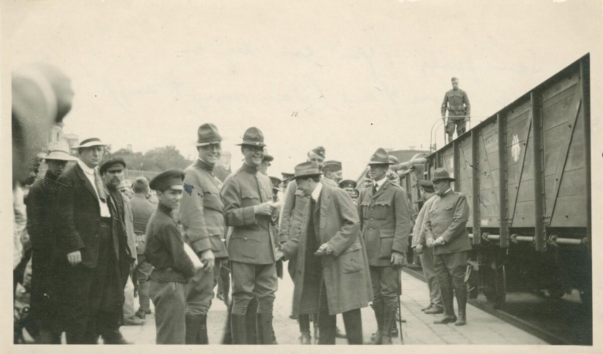 09. Роберт Эйчелбергер и группа мужчин на платформе поезда