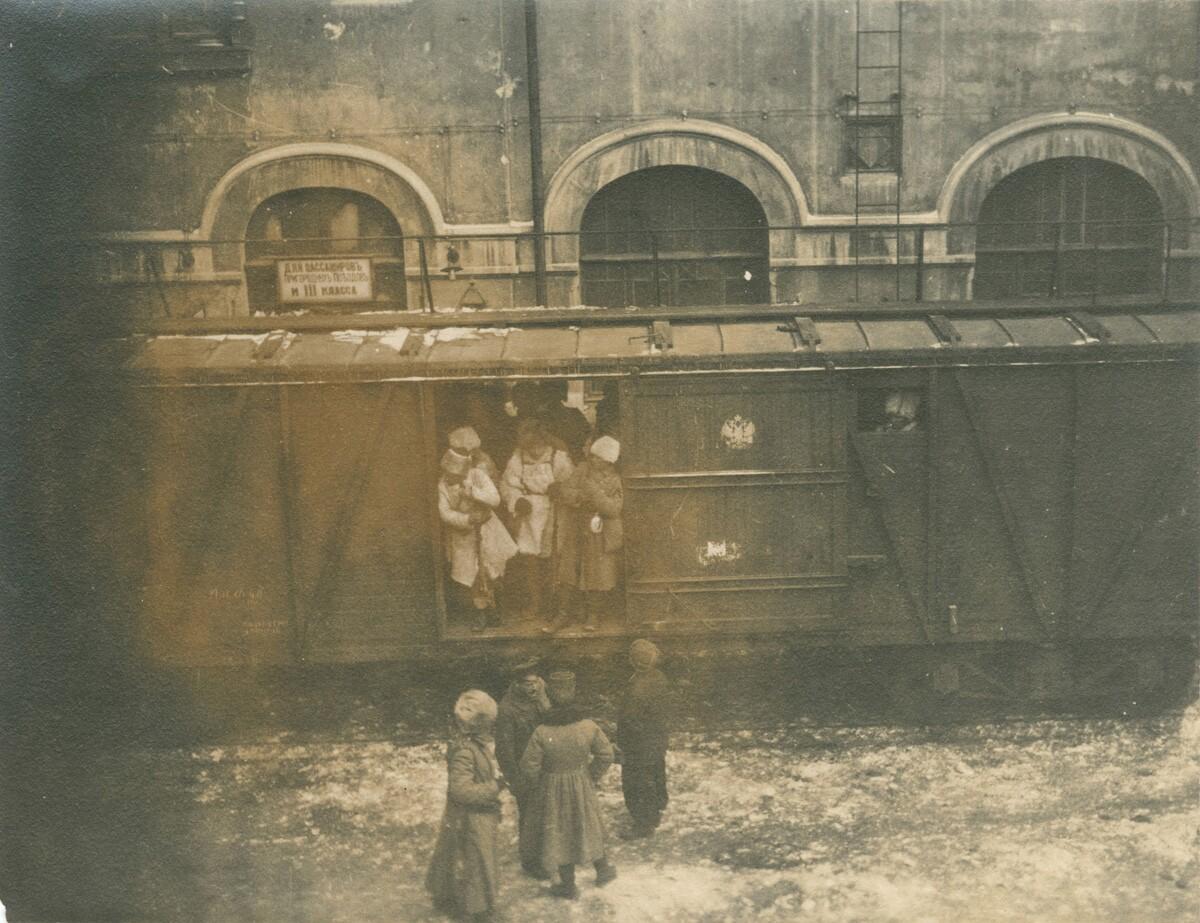05. Вагон поезда на железнодорожном вокзале