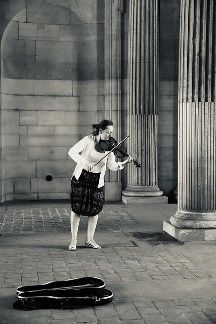 « Tournent les vies , oh tournent les violons.. »