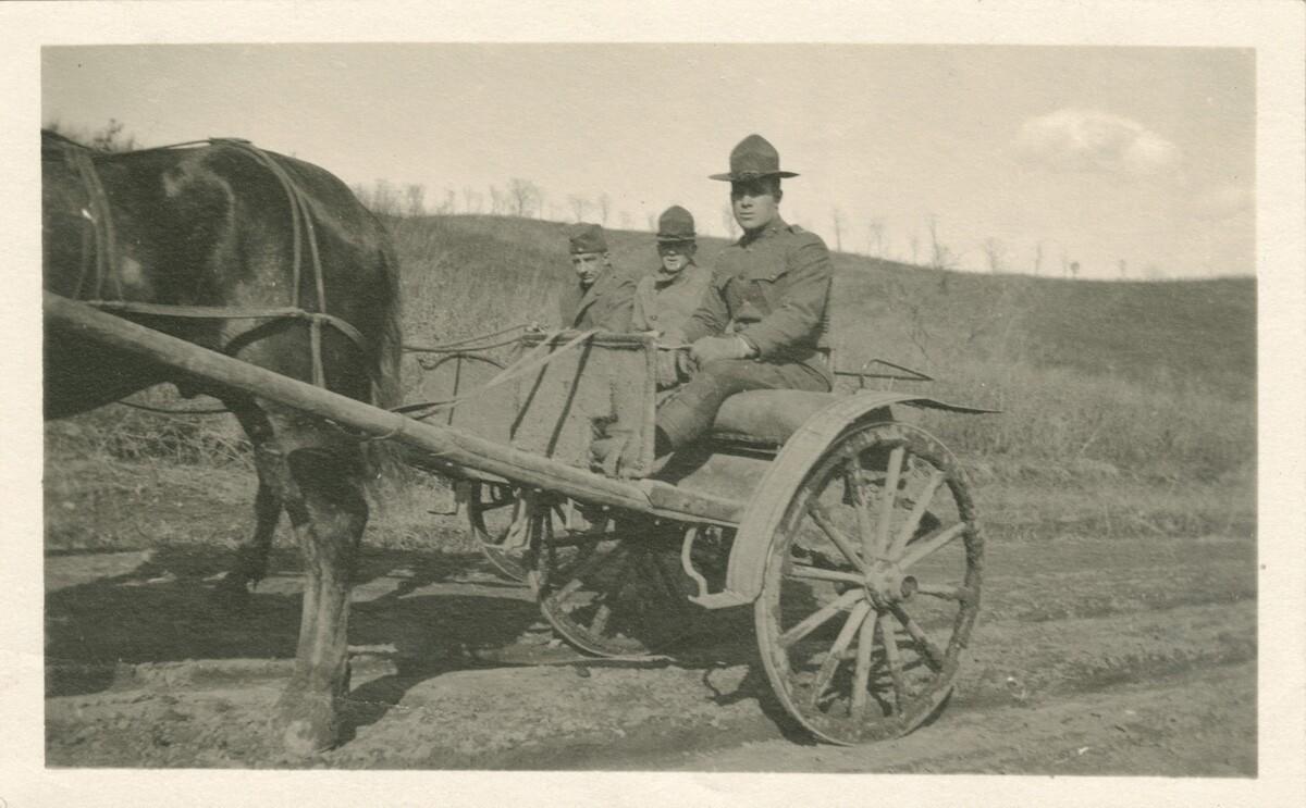 03. Роберт Эйчелбергер и двое других в форме сидят в двухколесном фургоне