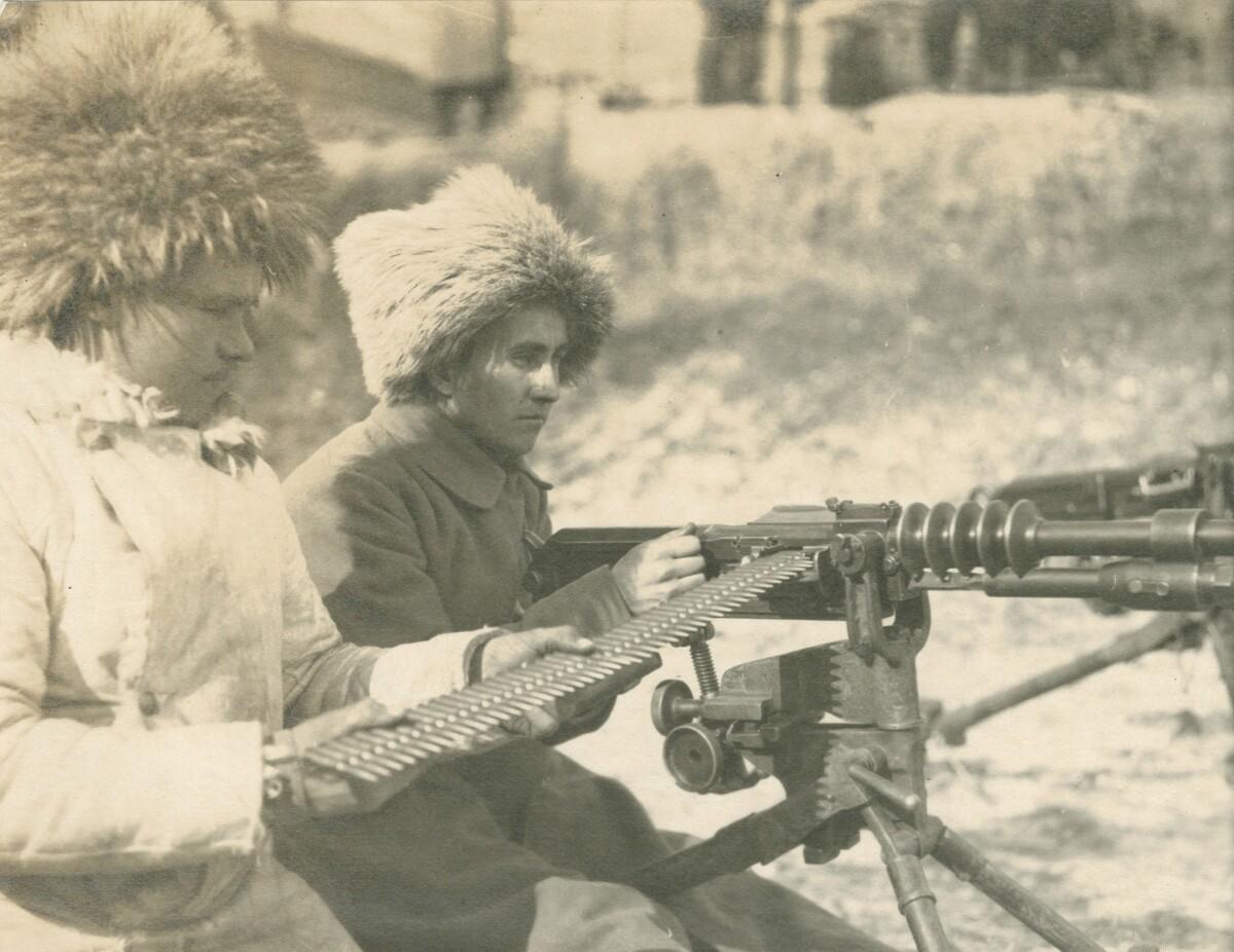 01. Двое мужчин в форме с пулеметом