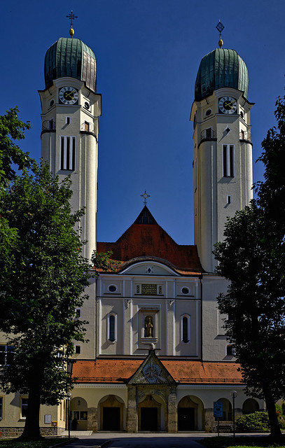Vor der Klosterkirche