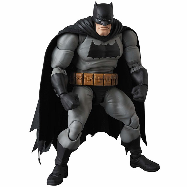 威懾感十足的頭雕、壯碩魁武的身軀令人興奮!! MAFEX《蝙蝠俠:黑暗騎士歸來》蝙蝠俠 BATMAN (The Dark Knight Returns)