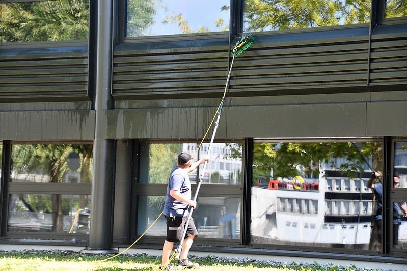 Cleaning Windows at the KV school Bank of the Aare 23.07 (1)