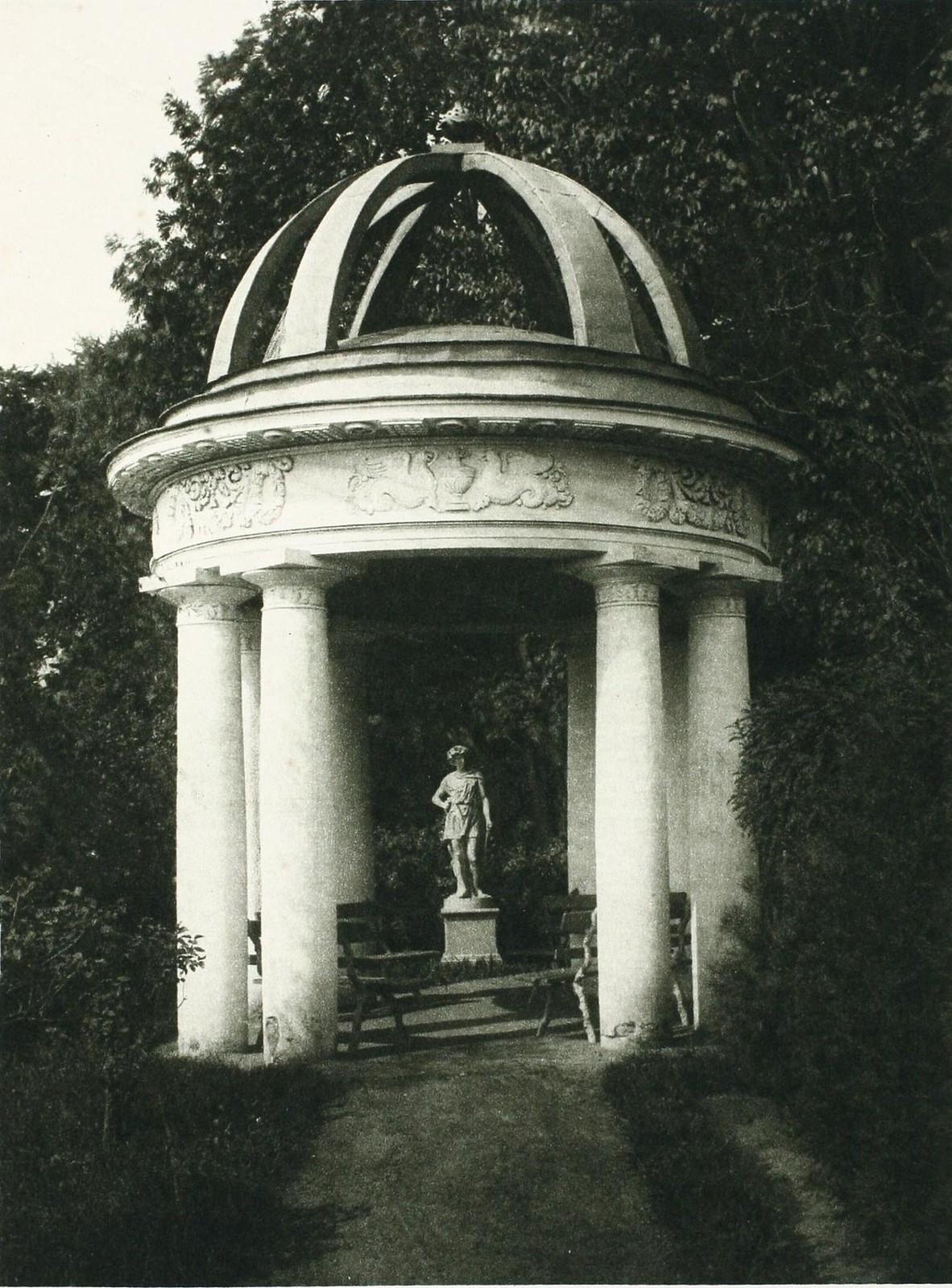 07. Дом Найденова. В саду. Миловида