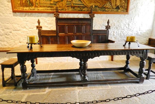mesa y banco de madera interior sala del Coro de los Vicarios Castillo Roca o Rock of Cashel Republica de Irlanda