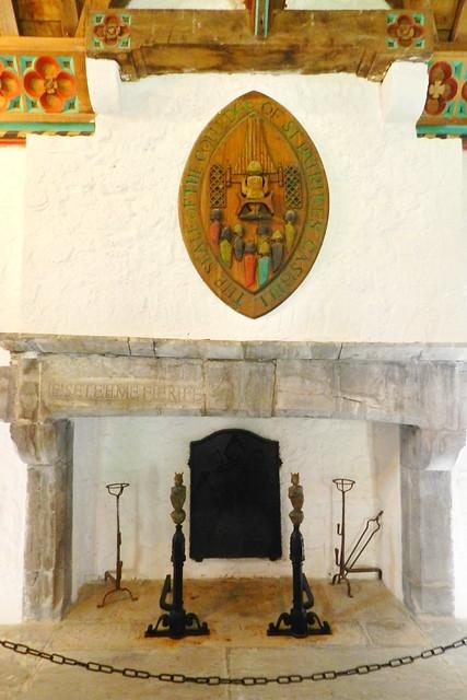 escudo coral chimenea interior sala del Coro de los Vicarios Castillo Roca o Rock of Cashel Republica de Irlanda