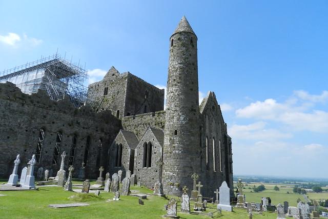 Torre redonda y cementerio tumbas cruz celta Castillo Roca o Rock of Cashel Republica de Irlanda 04