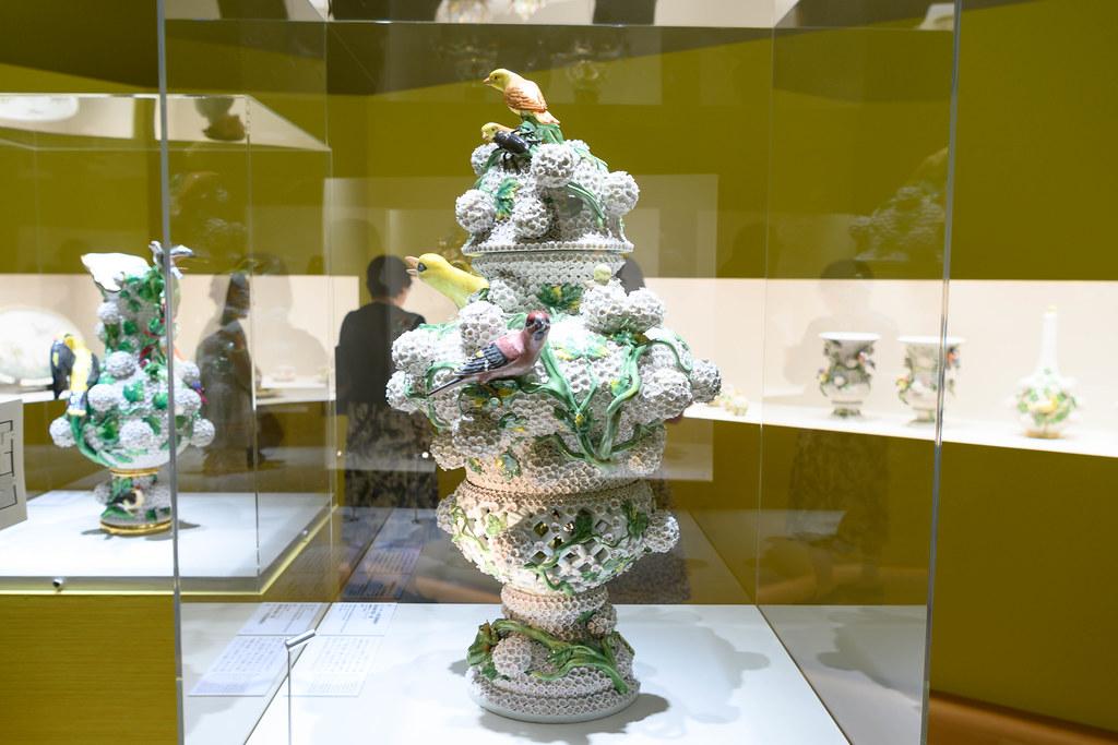 スノーボール貼花装飾蓋付大壷