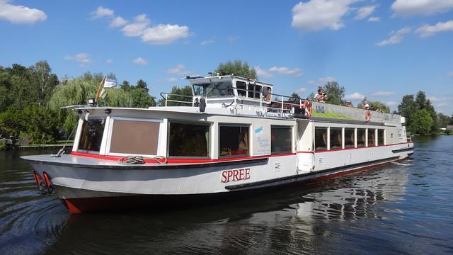 1978 Fahrgastmotorschiff FMS Spree von VEB Yachtwerft Köpenick Bau-Nr. 1111-09 bei Reederei Kutzker in Grünheide Talfahrt auf Müggelspree in 12589 Berlin-Rahnsdorf