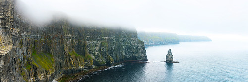 clouds cliff moher ireland eire éire eiland rocks grey water wasser view panorama green yellow cold vibrant height solituted