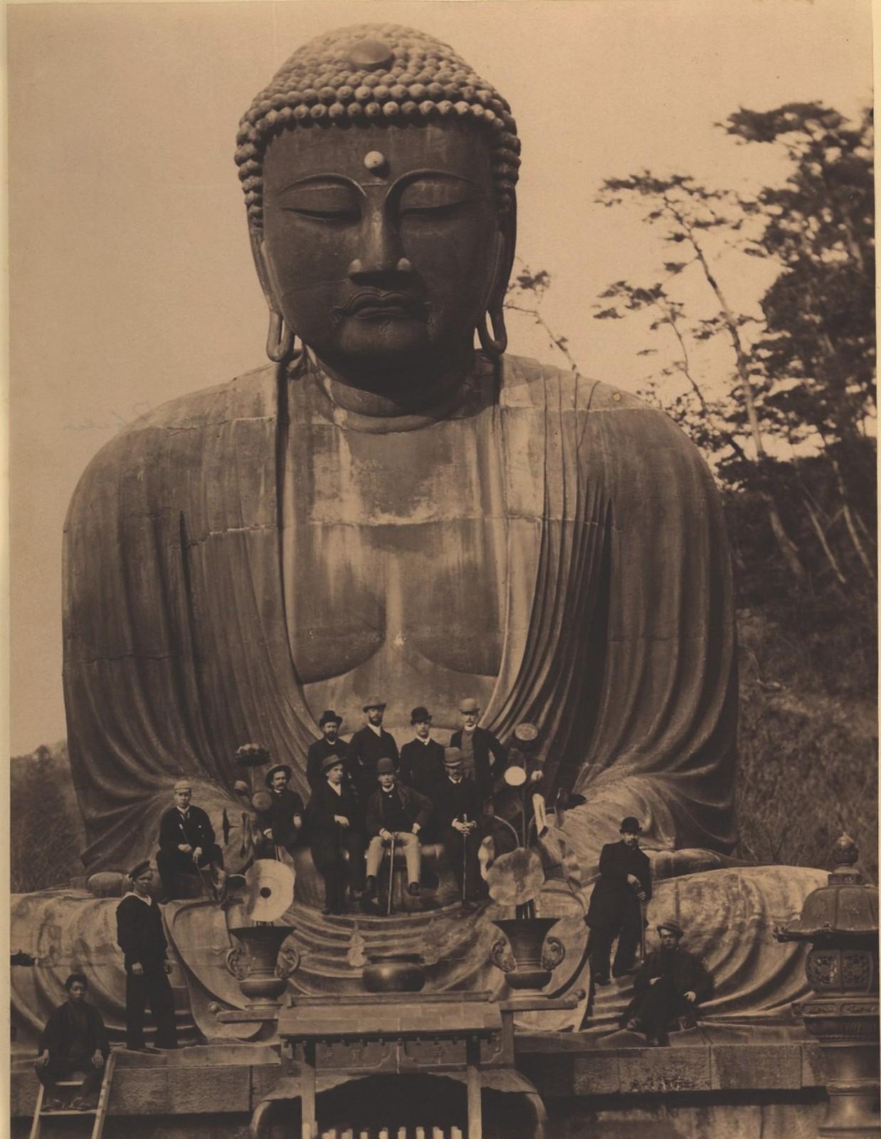 12. 1891. Камакура. Бронзовый колоссальный Будда и сидящие на нем Цесаревич и офицеры эскадры-
