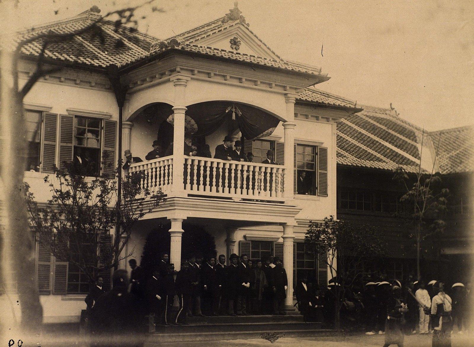 07. 1891. Кагосима. Цесаревич Николай Александрович наблюдает парад самураев с веранды