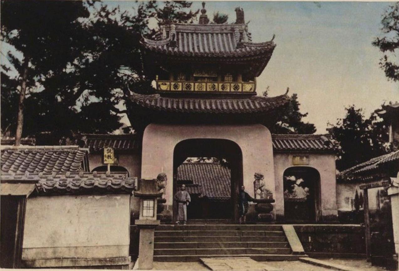 19. 1891. Киото. Монастырские ворота буддийского храма, осмотренного цесаревичем