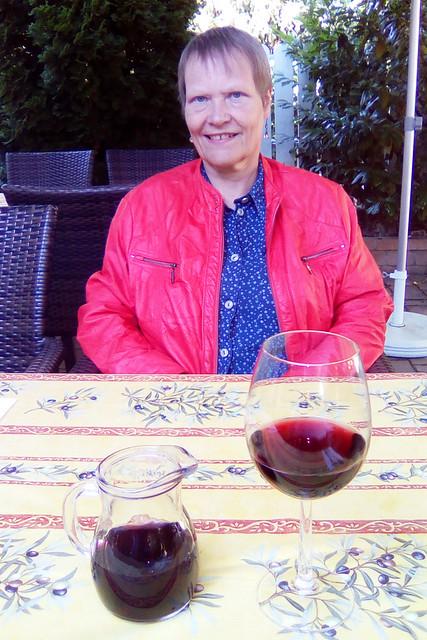"""Juli 2019 in Bad Wörishofen ... Taverna Hellas ... """"Griechischer Bauernsalatteller mit Schafskäse und gebratenem Fischfilet"""" ... """"Mit Schafskäse gefüllte gegrillte Calamari mit Krautsalat und Pommes frites"""" --- Fotos: Brigitte Stolle"""