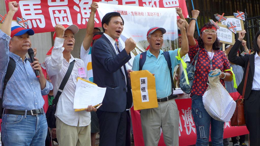 立委黃國昌(中),接下卯澳漁村居民反對遊艇港興建陳情書。孫文臨攝
