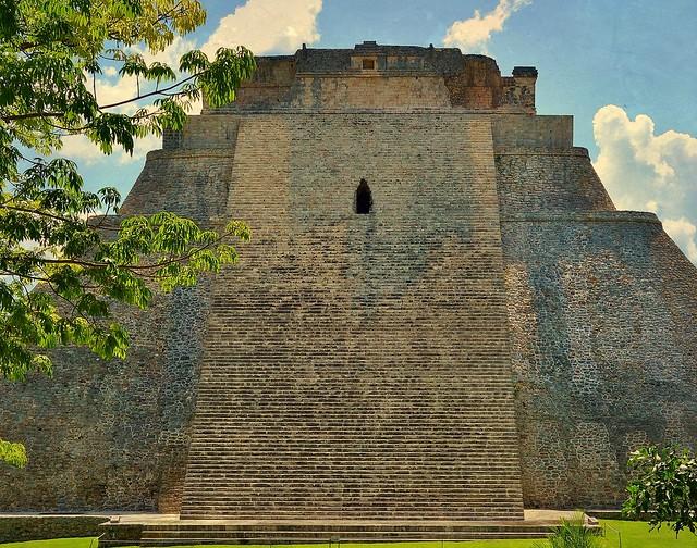 MEXIKO,Yucatán , Uxmal- ehem. Mayastadt , Ostansicht der Pyramide des Zauberers,  19121/11782