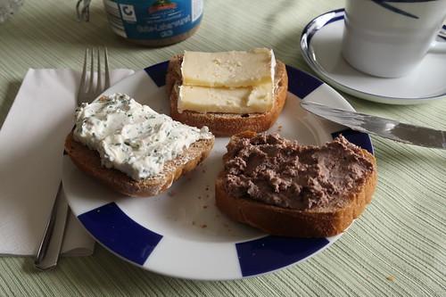 Camembert, Leberwurst und Schnittlauch-Frischkäse auf Roggenbrötchen