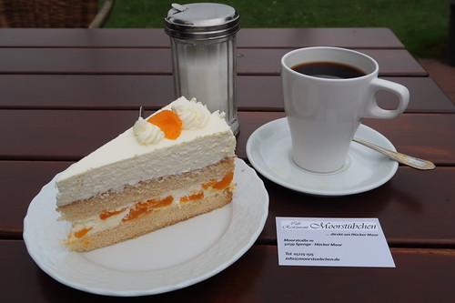 Mandarinenschmandtorte und Kaffee (Nahaufnahme)