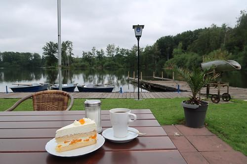 Mandarinenschmandtorte und Kaffee (unser Tisch mit Blick auf den See)