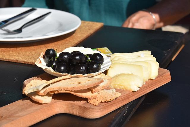 Bread, cheese and olive couvert, Sesimbra, Portugal