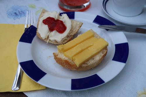 Safrankäse und Ziegenfrischkäse mit Erdbeermarmelade auf Dinkelbauernbrötchen